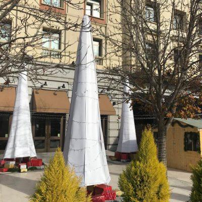 Decoración navideña de árboles en la calle
